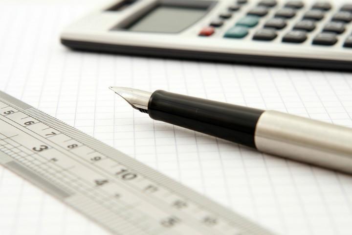 caneta-regua-calculadora-e-papel