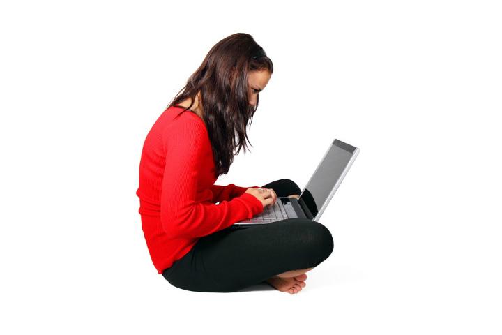 mulher-teclando-no-computador