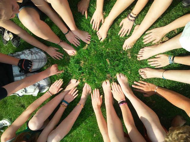 atividade-em-grupo-com-a-uniao-de-bracos-e-pernas