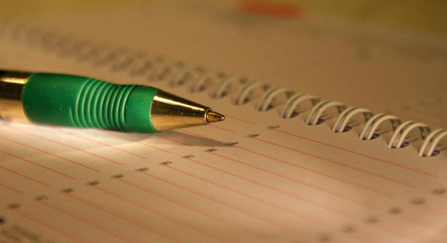 caneta-em-cima-do-papel