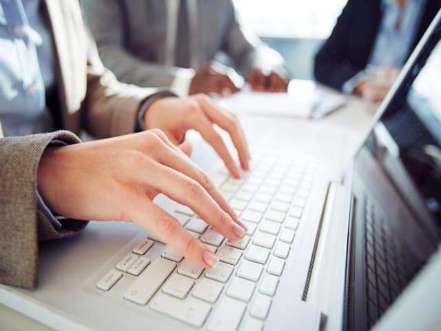 pessoa-trabalhando-pelo-computador