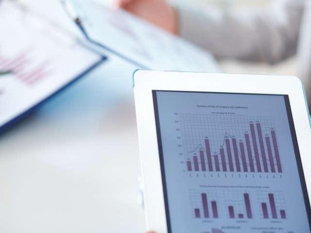 aparelho-digital-com-tabelas-e-graficos