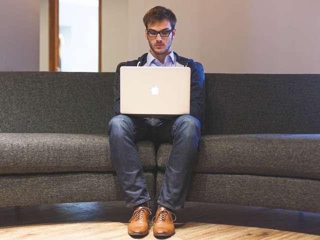 homem-trabalhando-no-computador