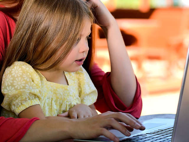mae-e-filha-estudando