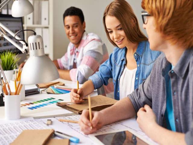 estudantes-fazendo-trabalho-em-grupo