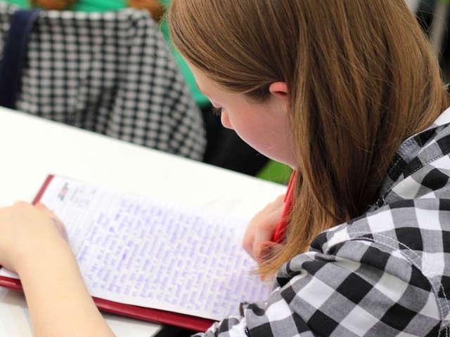 estudante-escrevendo-uma-redacao