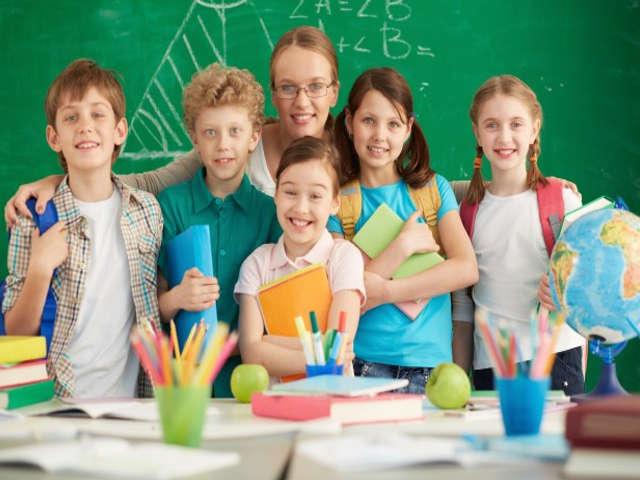 professora-com-alunos-em-sala-de-aula