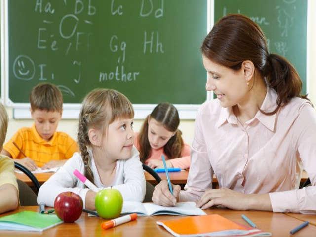 professora-ensinando-aluna