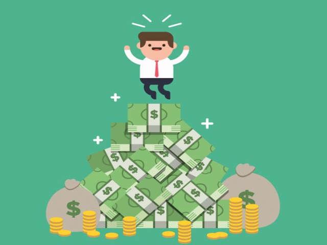 pessoa-feliz-em-cima-do-dinheiro