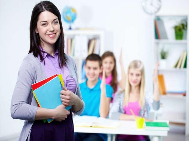 estudantes-felizes-em-sala-de-aula