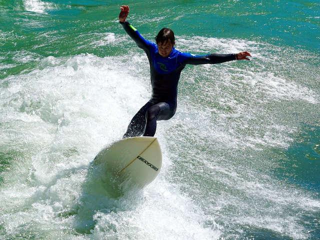 pessoa-praticando-surf