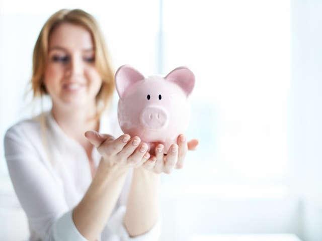 mulher-segurando-um-porco-de-porcelana