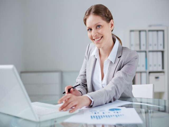 mulher-sorrindo-e-computador