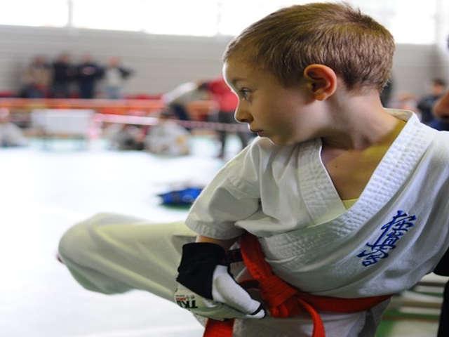 crianca-praticando-karate