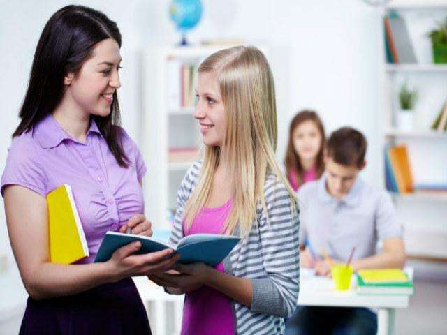 professor-e-estudante-conversando