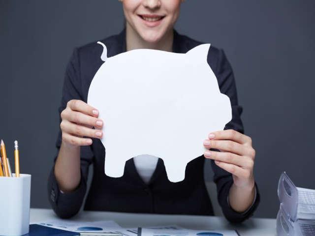 pessoa-segurando-porco-de-papel