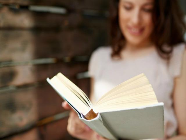 mulher-e-livro-aberto