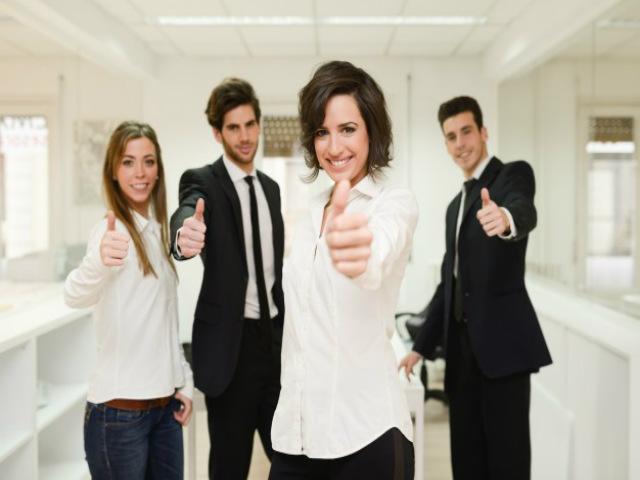 pessoas-felizes-com-polegar-levantado