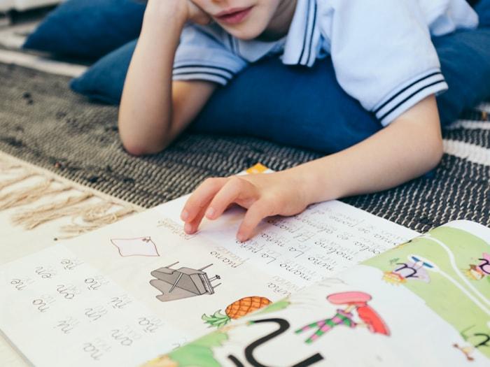 menino-estudando-letras