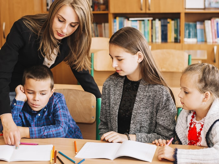 professora-explicando-para-aluno-com-deficit-de-atencao