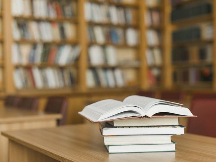 biblioteca-com-livro-emcima-da-mesa