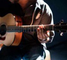 Berklee oferece curso online gratuito de violão para iniciantes